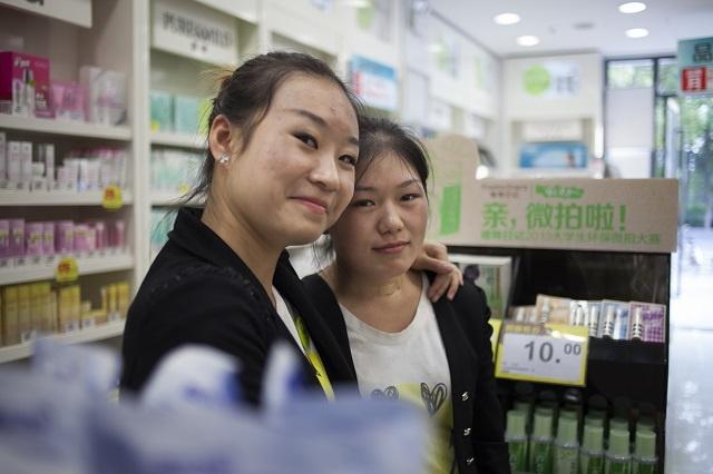 In Een Drogisterij In Shanghai Ontmoette Ik Twee Bevriende Leftovers.  Lilian (27) En Amy (27) Zijn Van Die Typische Chinese Giechelmeisjes.
